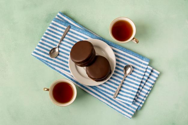Arreglo de vista superior con pasteles y tazas de té