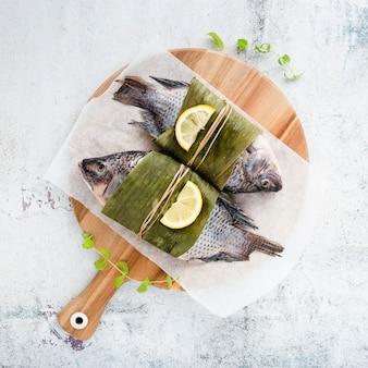 Arreglo de vista superior con peces y hojas