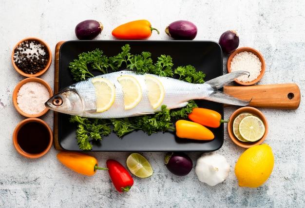 Arreglo de vista superior con pescado y verduras