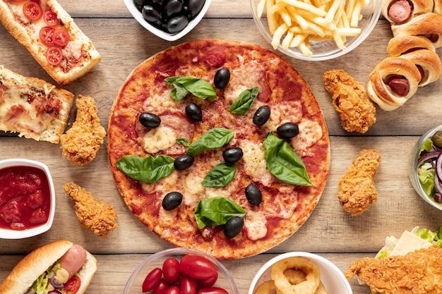 Arreglo de vista superior con pizza grande