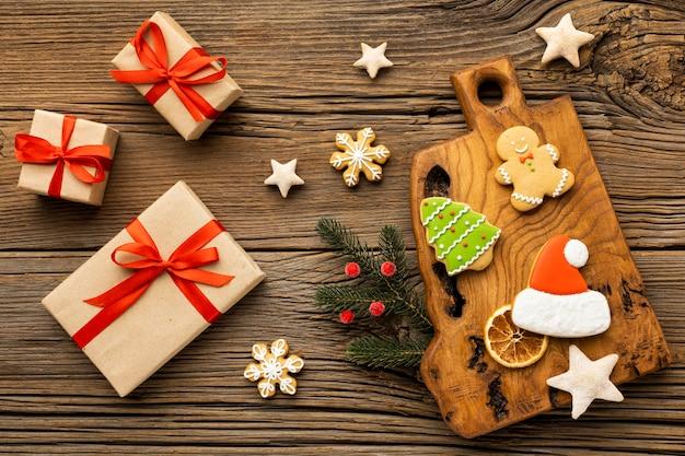 Arreglo de vista superior de regalos y galletas de navidad