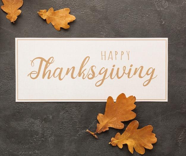 Arreglo de vista superior con signo de acción de gracias y hojas