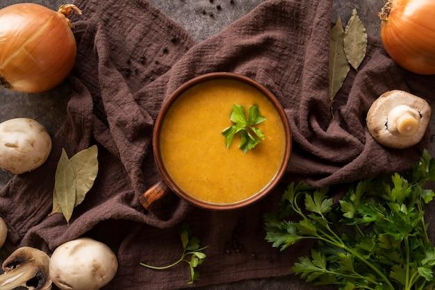 Arreglo de vista superior con sopa de calabaza y champiñones