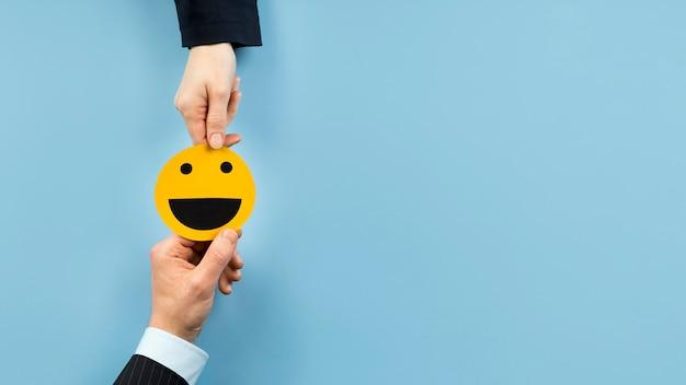 Arreglo de vista superior con una tarjeta de emoji sonriente