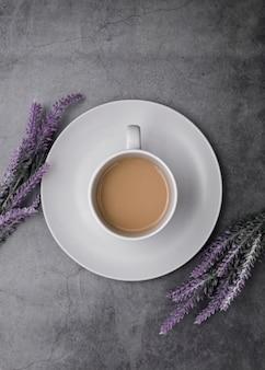 Arreglo de vista superior con taza de café y lavanda