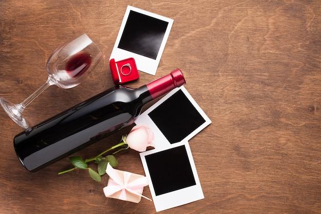 Arreglo vista superior con vino y fotos.