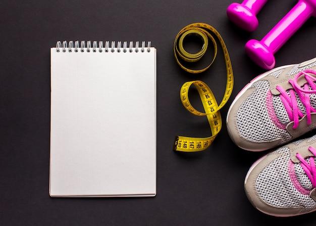 Arreglo con zapatillas y cuaderno