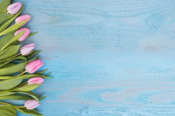 Arreglos de tulipanes suaves en madera