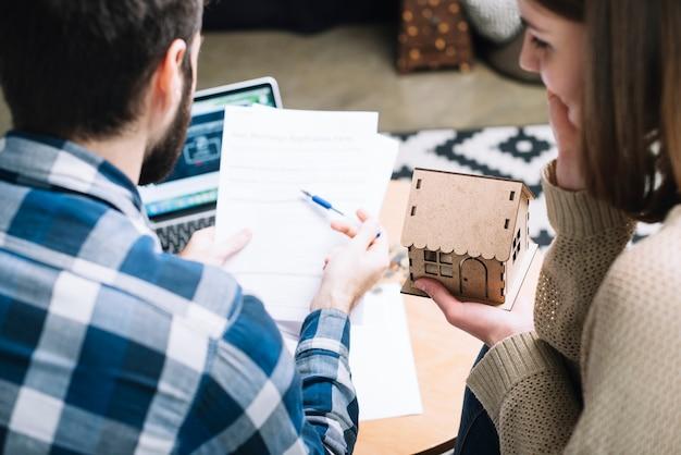 De arriba pareja con contrato de hipoteca