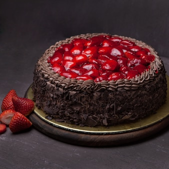 Desde arriba tarta de fresas con fresa en bandeja
