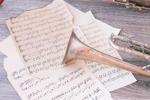 Desde arriba trompeta en partituras