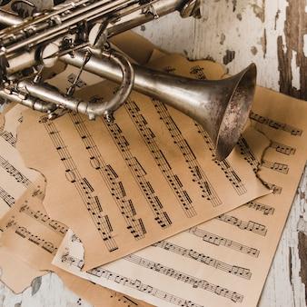 Desde arriba trompeta y saxofón en partituras