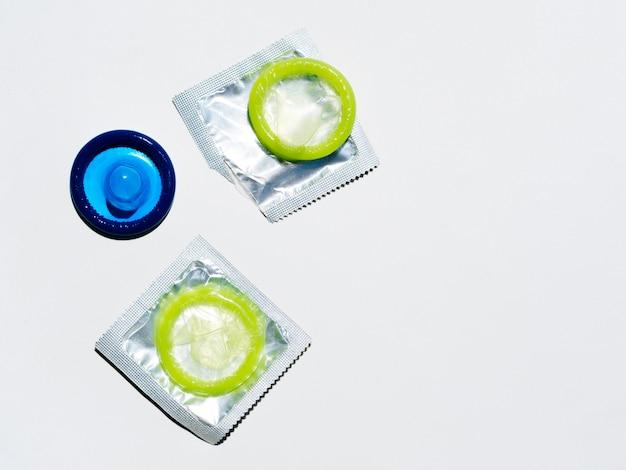 Arriba ver condones coloridos sobre fondo blanco.