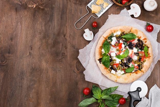 Arriba vista pizza sobre fondo de madera