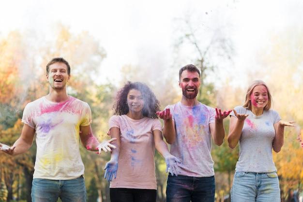 Se arroja polvo de color en el aire.