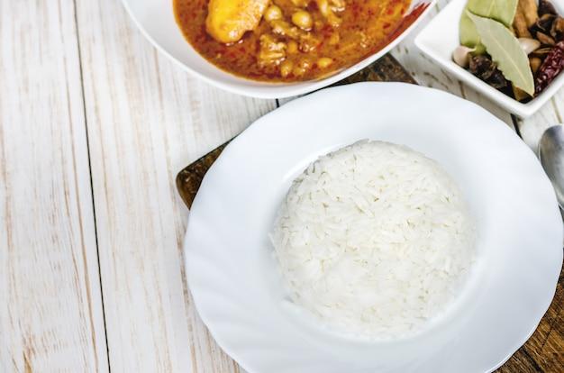 Arroz al vapor con curry massaman.