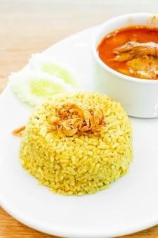 Arroz amarillo con sopa mussaman de pollo al curry