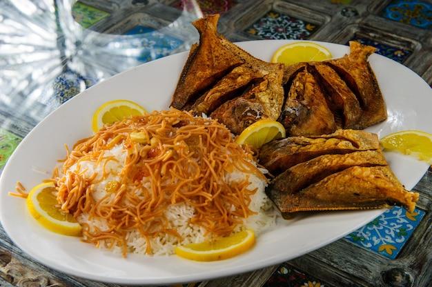Arroz árabe tradicional mixto y pescado a la plancha.