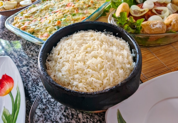 Arroz blanco cocido con guarniciones