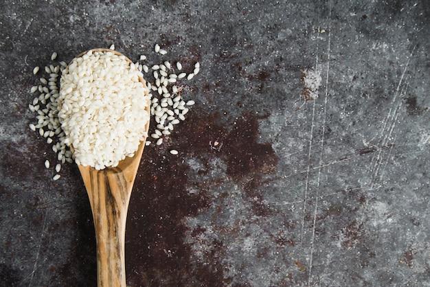 Arroz blanco en cuchara de madera