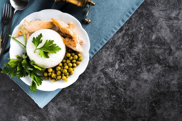 Arroz blanco con pechuga de pollo y guisantes.
