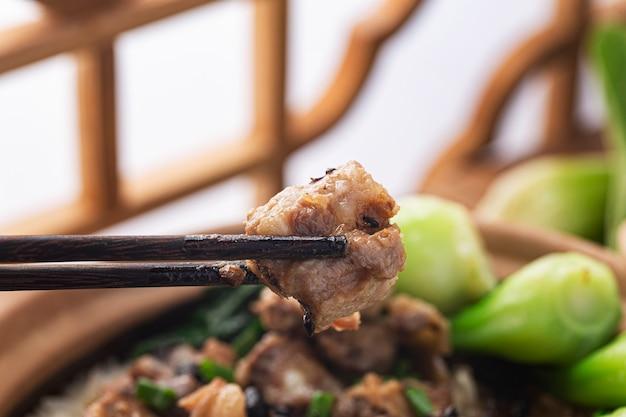 Arroz cantonés con arroz guisado con costillas