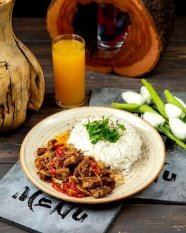 Arroz con carne frita cebolla y pimientos