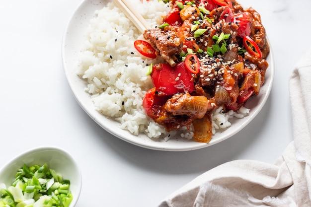 Arroz con cerdo salteado, verduras y cebolla verde