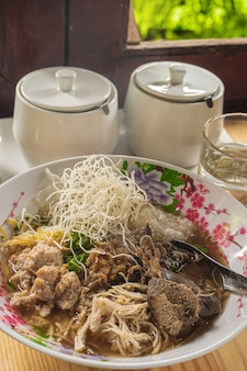 Arroz con champiñones arroz hervido desayuno tailandés comida popular desayuno asiático