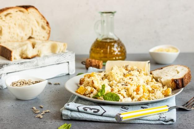 Arroz de coliflor con verduras (cebolla y pimiento).