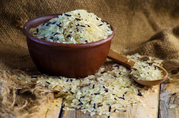 Arroz convencional de grano y salvaje en un bol