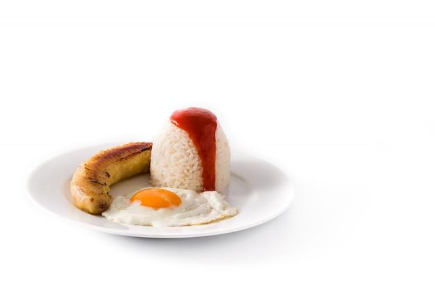 Arroz a la cubana. arroz típico cubano con plátano frito y huevo frito en un plato