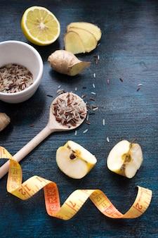 Arroz en cuchara con manzanas y cinta métrica
