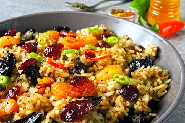 Arroz con especias y frutos secos. tazón vegano con arroz picante.