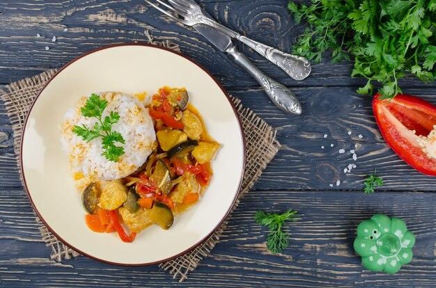 Arroz y estofado con pollo y verduras.
