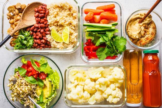 Arroz, frijoles, verduras, hummus y zumo.