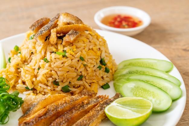 Arroz frito con crujiente de pescado gourami