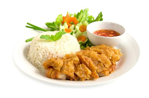 Arroz frito crujiente de pollo frito con salsa de soja