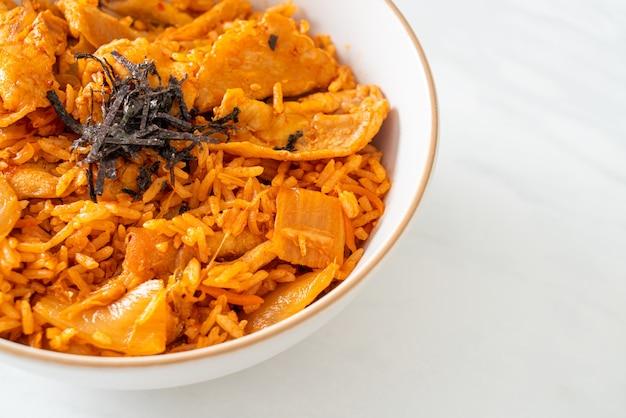 Arroz frito con kimchi y carne de cerdo en rodajas - estilo de comida coreana