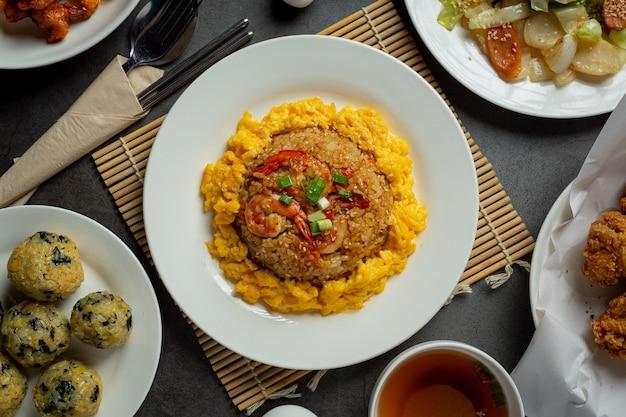 Arroz frito con kimchi sobre fondo oscuro