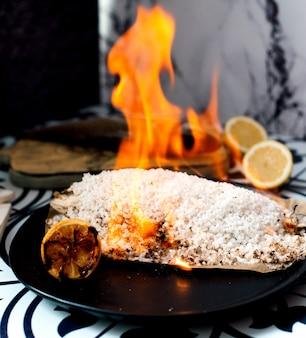 Arroz frito y limón en sartén