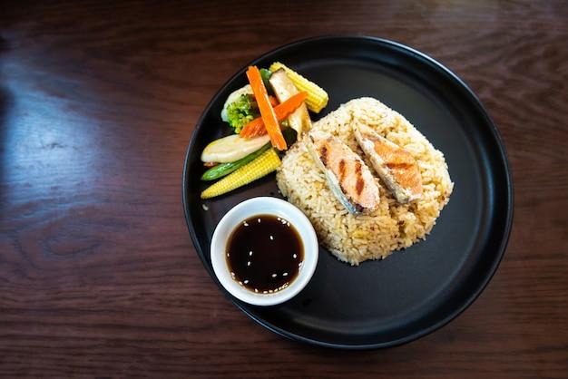 Arroz frito a la parrilla y caballa al estilo japonés