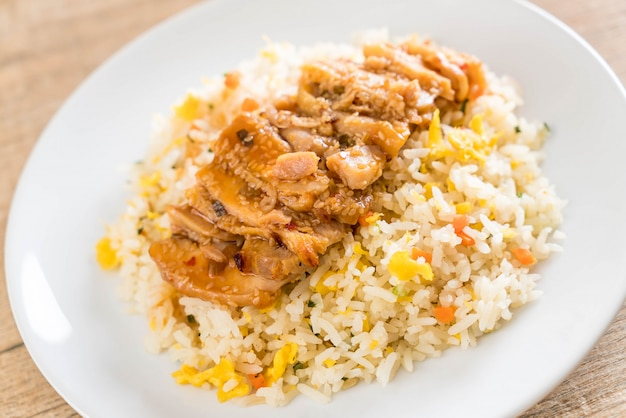Arroz frito con pollo a la parrilla y salsa teriyaki