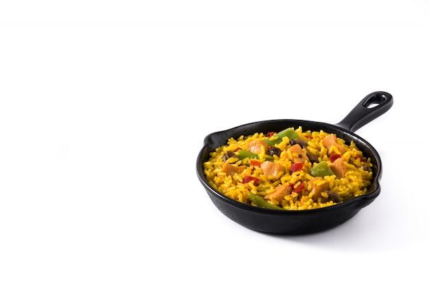 Arroz frito con pollo y verduras en sartén de hierro aislado copia espacio