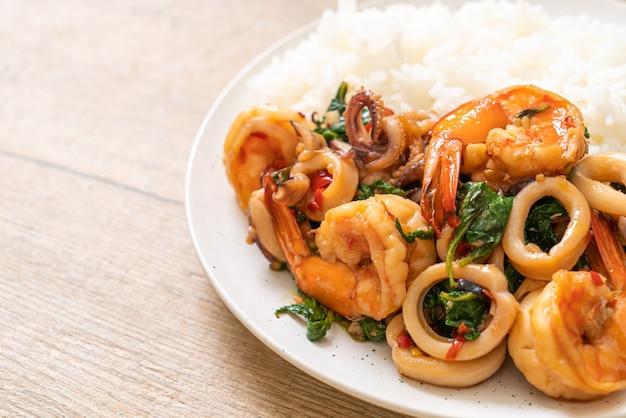 Arroz y mariscos salteados (camarones y calamares) con albahaca tailandesa - estilo asiático