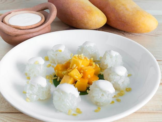 Arroz meloso de mango en su lugar con mesa de madera. alimentos fruta tailandesa o concepto de frutas tropicales.