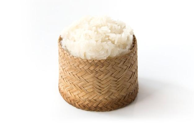 Arroz pegajoso, arroz pegajoso tailandés en una caja de madera de bambú del viejo estilo aislada en el fondo blanco