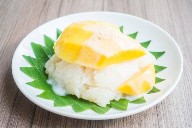Arroz pegajoso con mango