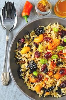 Arroz picante con frutos secos. tazón vegano con arroz picante. comida saludable