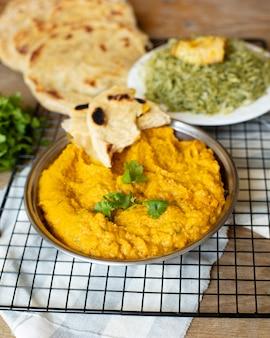 Arroz pita y comida india tradicional